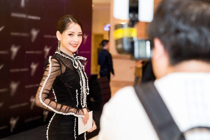 Dư luận cho rằng thiết kế voan đen khá chững so với độ trẻ trung và năng động của Chi Pu, chưa nói đến chi tiết ren viền càng khiến cô nàng diêm dúa không kiểm soát.