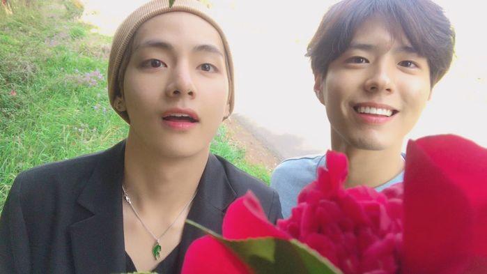 """...V vẫn có khá nhiều người bạn là diễn viên, bao gồm """"bộ sậu"""" mỹ namHwarang, Park Bo Gum."""