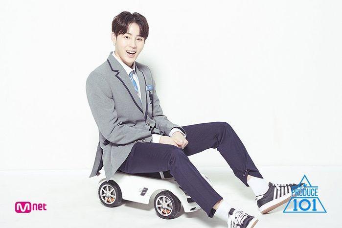 """Trong thông tin cá nhân khi còn tham giaProduce 101, Ha Sung Woon từng thể hiện quyết tâm được nổi tiếng. Anh chàng từng nói rằng:""""Tôi sẽ tỏa sáng như bạn bè của mình"""". Và thật may mắn, Ha Sung Woonđã thành công."""