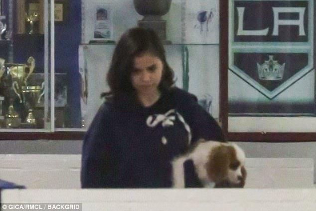 """""""Công chúa DisneyDisney"""" ẵmchú chó Charlie đến ủng hộ người yêu."""