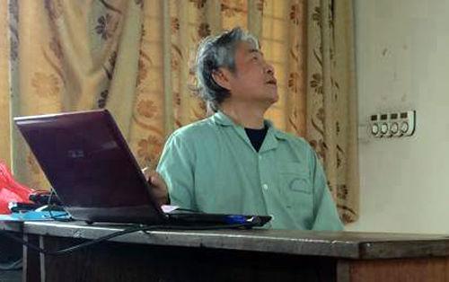Thầy leo bộ lên tầng 5 để dạy, nhờ một giảng viên trẻ dìu đi.Ảnh: Xuân Chiến.
