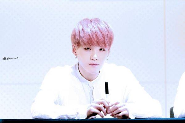 Đặc biệt là khi sở hữu làn da trắng sáng, mái tóc hồng góp phần làm tôn lên vẻ đẹp của Suga, khiến anh trông như một hoàng tử trong truyện tranh vậy.