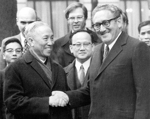 Đại diện phái đoàn Việt Nam Dân chủ Cộng hòa, ôngLê Đức Thọ (trái) và Cố vấn An ninh Quốc gia Mỹ Henry Kissinger. Ảnh: ard.de