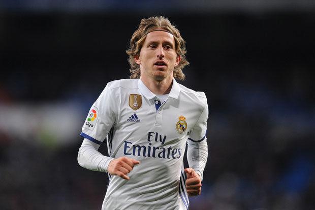 Tiền vệ trung tâm - Luka Modric (Real Madrid): Tiền vệ người Croatia vẫn đang khẳng định được tầm ảnh hưởng của mình trong lối chơi của Los Blancos. Đã 32 tuổi nhưng đẳng cấp của Modric vẫn chưa bị mai một.