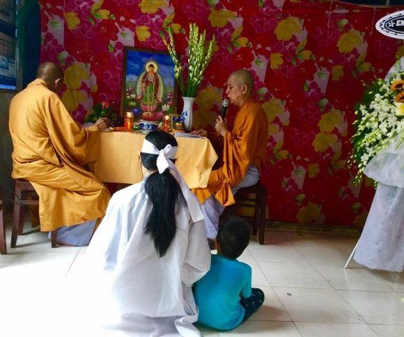 Vợ trẻ và con Nguyễn Hoàng không giấu nổi đau buồn trong đám tang. - Tin sao Viet - Tin tuc sao Viet - Scandal sao Viet - Tin tuc cua Sao - Tin cua Sao