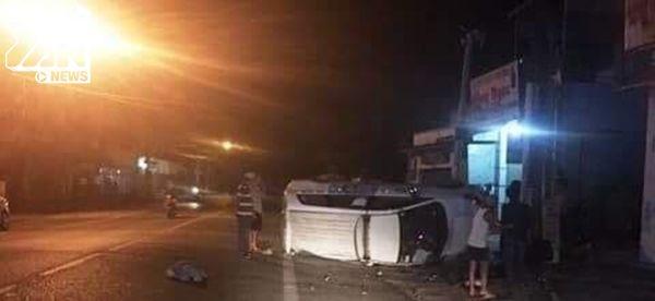 Nhóm cướp không làm chủ tốc độ nên đã đâm vào lề đường, xe bị lật