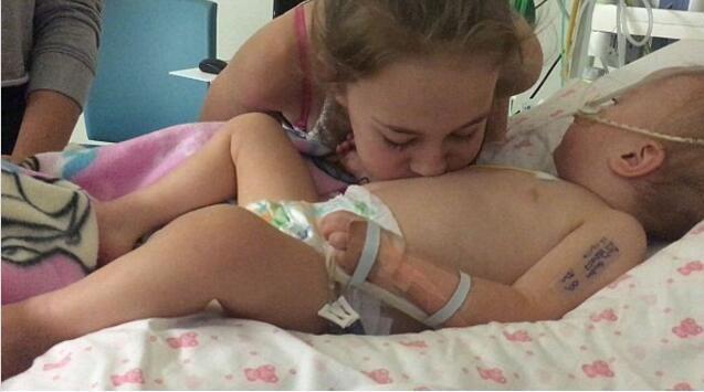 Poppy như một đấu sĩ nhỏ bé, cố gắng chiến đấu chống lại bệnh tật và may mắn thay em đã tỉnh lại.