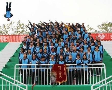 Hình trong bữa đại hội thể thao toàn trường, hôm đó lớp trưởng không đến, nên đành phải photoshop cho đông đủ