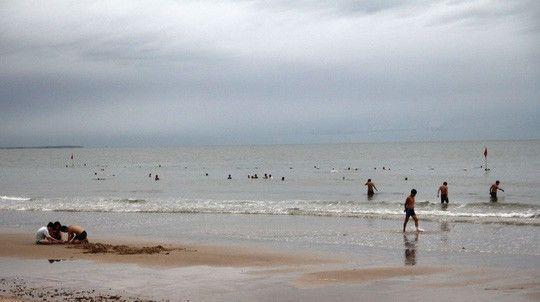 Nhiều người còn bơi ra xa