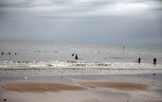 Bão số 14 giảm thành áp thấp nhiệt đới, người dân bất chấp đổ xô tắm biển