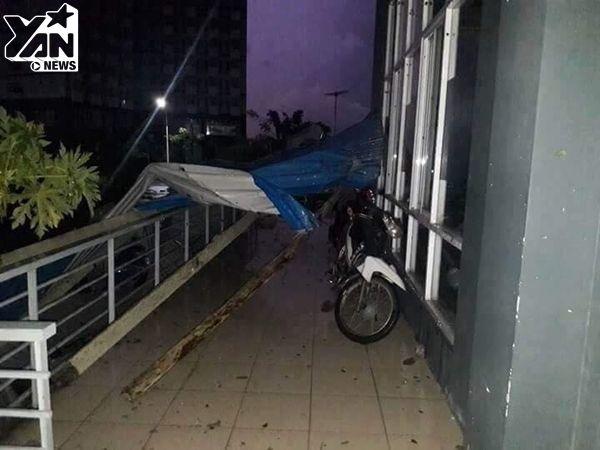 Trần nhà KTX ĐH Quốc gia TP.HCM bị sập sau cơn mưa lớn khiến nhiều sinh viên tháo chạy