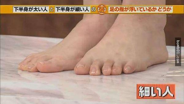 Còn cô gái chân to, các ngón chânlại lửng lơ trên không, cách mặt đất một khoảng hở nhỏ.