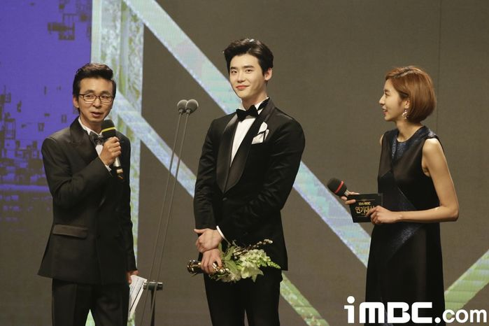 Lee Jong Suk gây phẫn nộ vì bài phát biểu 40 giây.