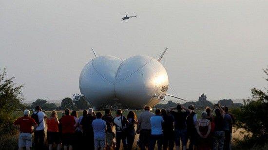 Máy bay lai khí cầu Airlander 10 bị rơi xuống cánh đồng tại Bedfordshire.