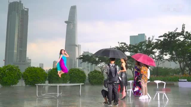 """Kỳ Duyên """"gạt phăng"""" chiếc ô của đàn chị Phạm Hương trong The Look tập 2"""
