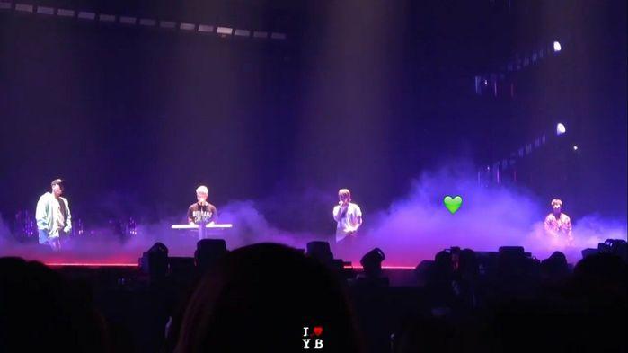 Đặc biệt, trong concert mới đây của nhóm tại Nhật Bản, Big Bang đã khiến tất cả người hâm mộ cảm động rơi nước mắt khi mang T.O.P lên sân khấu dù chỉ là hình ảnh chiếu trên màn hình. Thậm chí, họ còn dành hẳn một khoảng trống chỗ đứng cho người anh cả của nhóm.