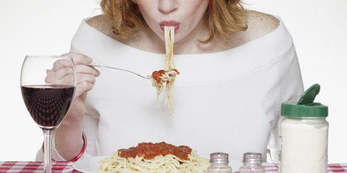Ăn một mình thường xuyên sẽ tăng nguy cơ béo phì, mỡ máu,...
