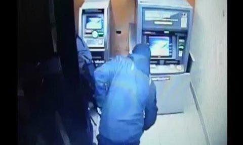 Nam thanh niên đi xe đạp tới cây ATM được camera ghi lại (Ảnh minh họa)
