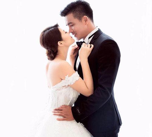 Song song với thời gian này, gã lãng tử một thời của làng bóng quốc nội cũng gây xôn xao dư luận khi công khai tình cảm và đi đến hôn nhân với nữ DJ nóng bỏng Phan Ngọc Anh.
