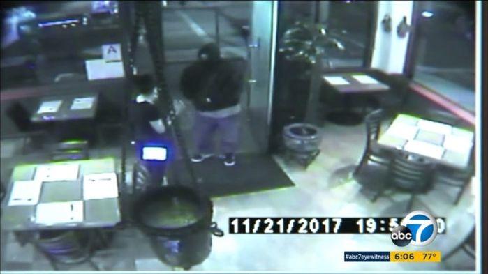 Tên cướp là một người đàn ông da màu, cao tầm1m80.