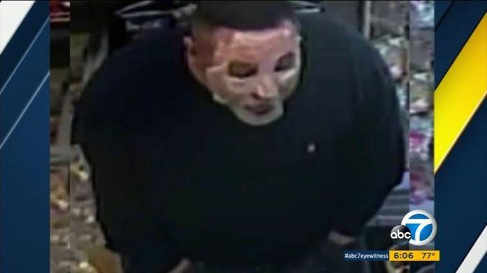 Lần đầu tiên trong lịch sử nước Mỹ, một tên cướp có vũ trang vừa cướp... vừa dưỡng da mặt