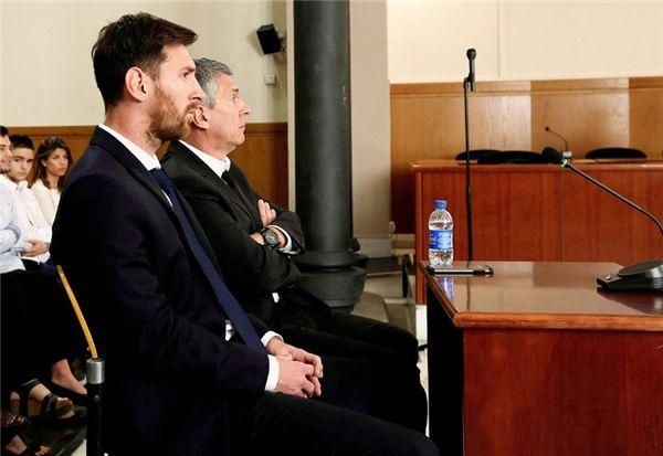 """Ronaldo và Messi không chỉ là kì phùng địch thủ trên sân cỏ mà cả trên sân chơi """"lao lý"""". Khác với CR7 được chứng minh trong sạch, Lionel Messi lại phải nhận án 21 tháng tù treo và nộp phạt gần 4 triệu đô-la cho hành vi trốn thuế của mình. Năm 2016 đúng là một năm """"đại hạn"""" với M10 khi anh phải hầu tòa liên tục sau thất bại khó nuốt trôi trong trận chung kết Copa America trên đất Mỹ và nhận kết cục không mấy khả quan. Tuy nhiên, siêu sao người Argentina đã mau chóng lấy lại phong độ và đang thăng hoa cùng Barcelona ở mùa giải năm nay."""