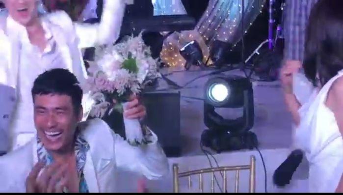 Khoảnh khắc Kelvin Khánh trao bó hao cưới cho Kiều Minh Tuấn để dành tặng cho cô giáo Cát Phượng. - Tin sao Viet - Tin tuc sao Viet - Scandal sao Viet - Tin tuc cua Sao - Tin cua Sao