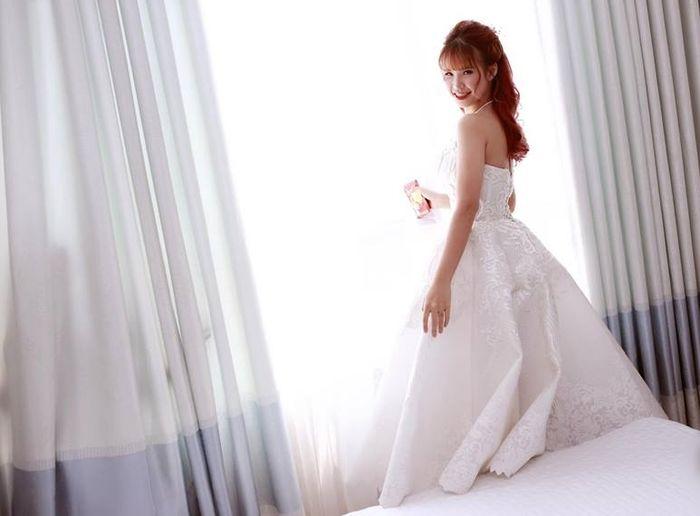 Chiếc đầmKhởi My diện trong buổi lễ gia tiên có thiết kế trẻ trung với tà váy không quá dài và phần cổ yếm khoe khéo phần cổ và vai một cách tinh tế.