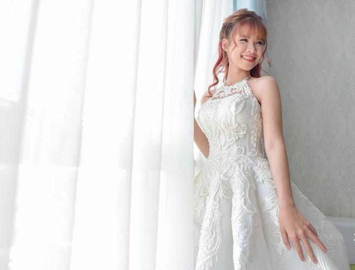 Trên toàn bộchiếc đầm cưới lànhững họa tiết thêu nổi khá tỉ mỉ và công phu khiến nótrông sang trọng hơn bao giờ hết. Chiếc đầm này được đặt may với giá khoảng 26 triệu đồng.