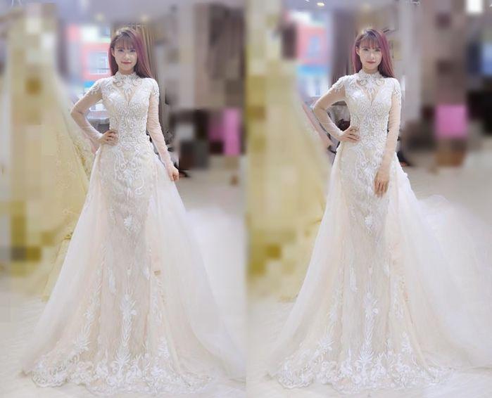 Chiếc váy thứ 2trị giá 40 triệu đồng này được Khởi My diện để đón khách trong bữa tiệc chúc mừng vào buổi tối.