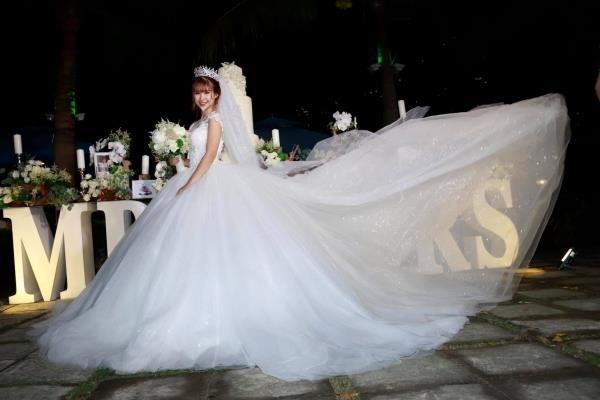 Điểm nhấn là phần tùng váy rất bồng bềnh, hoành tráng nhưng không quá nặngđể di chuyển vì được thiết kế nhiều lớp voan.