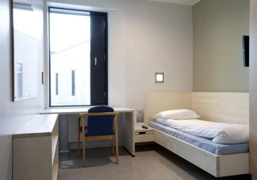 Phòng biệt giam cũng chẳng khác phòng của bạn là mấy, thậm chí còn sạch sẽ và gọn gàng hơn nhiều.