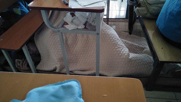 Trùm chăn ngủ dưới gầm bàn như ở nhà.   Hay mang cả chăn đi ngoài đường như không có gì lạ.