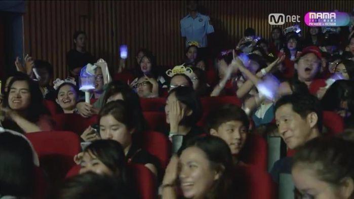 Một phần khán giả ở phía dưới lại hét to, thậm chí làm biểu tượng thể hiện sự phản đối khi Chi Pu cất tiếng hát. - Tin sao Viet - Tin tuc sao Viet - Scandal sao Viet - Tin tuc cua Sao - Tin cua Sao