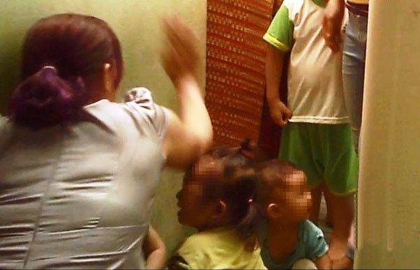 Một bảo mẫu liên tục tát các em nhỏtại trường mầm non tư thục Mầm Xanh(Ảnh chụp màn hình)
