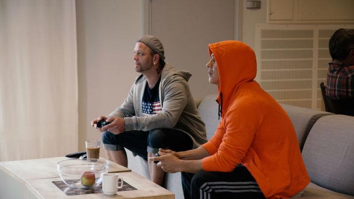 Các tù nhân thoải mới chơi điện tử cùng nhau trong giờ sinh hoạt.