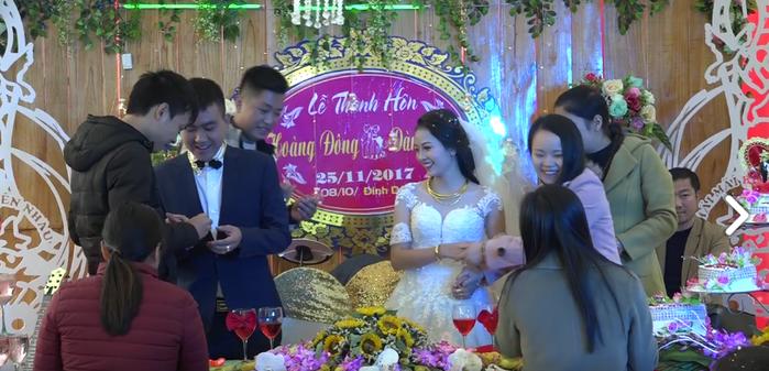 Họ hàng, người thân của hai bên gia đình lên tặng quà. (Ảnh: cắt từ clip)