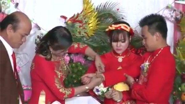 Họ hàng trao của hồi môn khủng đến mức sau đám cưới cô dâu chú rể có thể mở tiệm trang sức