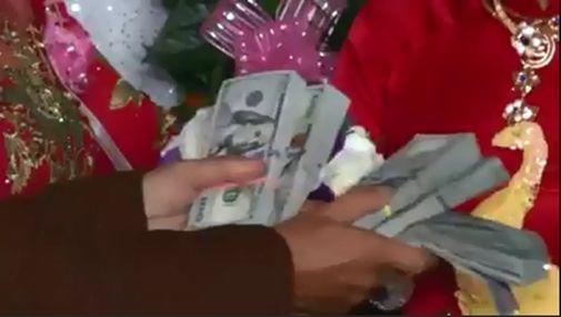 Bố vợ traotặng số tiềnmệnh giá 50.000 USD cho con rể.(Ảnh: internet)