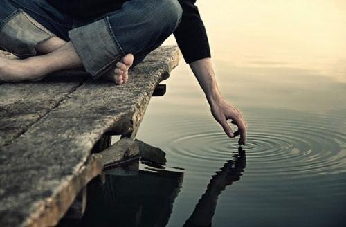 Hóa ra tình yêu lại mỏng manh đến thế, một lời bỏ rơi chỉ vì anh không kịp...
