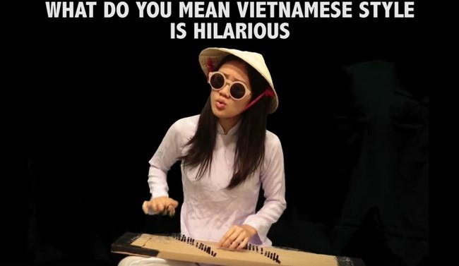 """Hình ảnh ấn tượng củaKayla Nguyễn khi vừa mặc áo dài, đội nón lá, đánh đàn bầu, nhưng lại đeo kính dâm như thầy bói mù,hát giai điêu """"What do you mean"""" cực chất"""