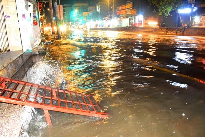"""Chùm ảnh: Người Sài Gòn dắt xe """"bơi"""" về nhà trong đợt triều cường ngập gần 1m"""