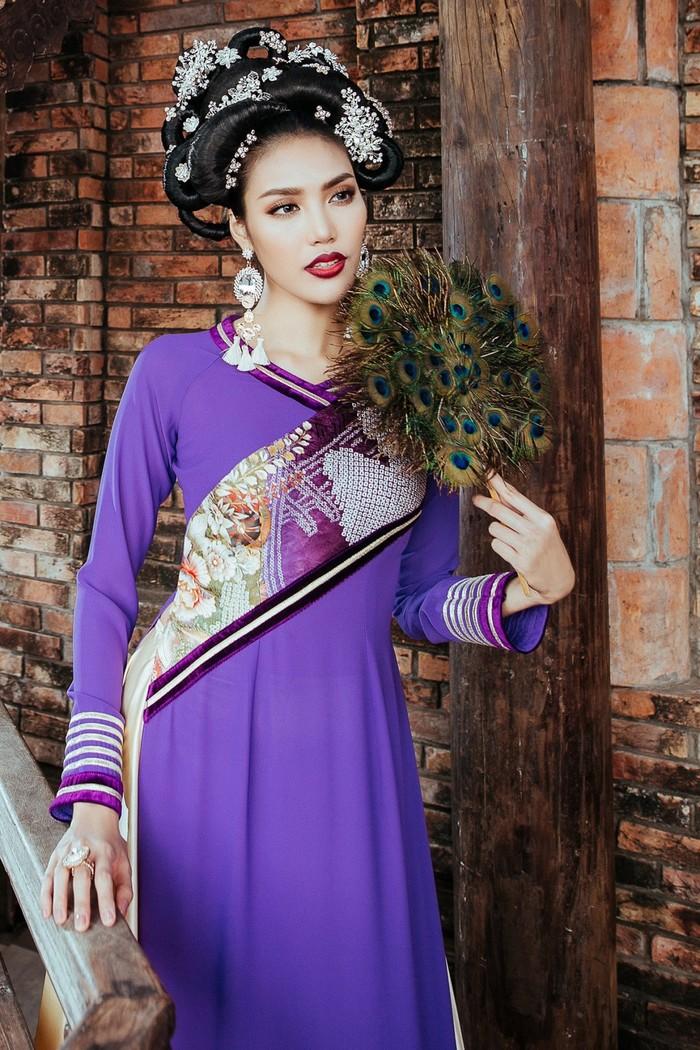 Chiếc áo dài cùng lối trang điểm cầu kì, nhất là mái tóc được tạo hình rất công phu tạo cho Lan Khuê nét sang trọng của giai nhân quyền quý thời xưa.