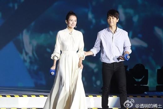 Trong một buổi họp báo,Song Joong Kiân cần đỡChương Tử Dimỗi khi bước lên, bước xuống để cô khỏi vấp té vì chiếc váy dài thướt tha.