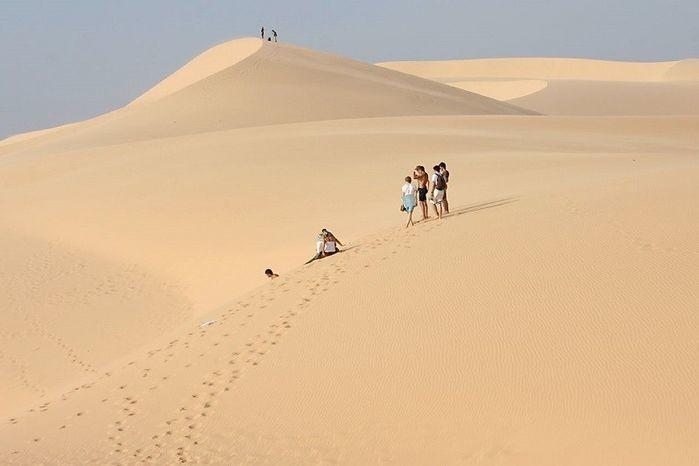 Cận cảnh cung đường xuyên đồi cát đẹp nhất Việt Nam, ai chưa đi là thiếu sót cuộc đời!