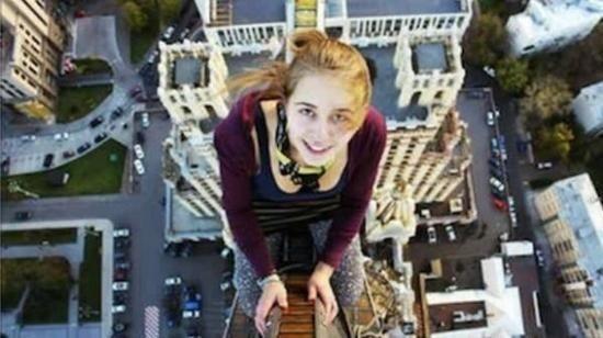 Cô gái mới 17 tuổi này đã tự mình trèo lên cột cầu cao 8,5m để lưu lại bức hình tự sướng cho mình thế nhưng kết quả là do mất thăng bằng nên côđã bị rơi xuống. Trong lúc rơi xuống cô gái ấy đã cố gắng bám vào đường dây điện với hy vọng giữ lại được mạng sống nhưng kết quả là côđã bị giật điện tử vong.