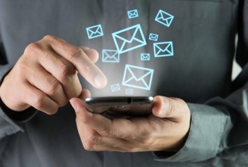 """Việc """"cọ xát"""" vào màn hình điện thoại một cách thường xuyên cũng làm tăng khả năng mắc các bệnh liên quan đến ngón tay và cổ tay"""