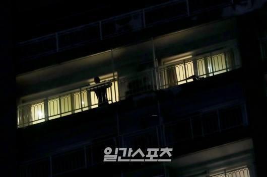 Những hình ảnh sau cùng của Jonghyun tại nhà riêng hôm nay được nhà báo chụp lại.