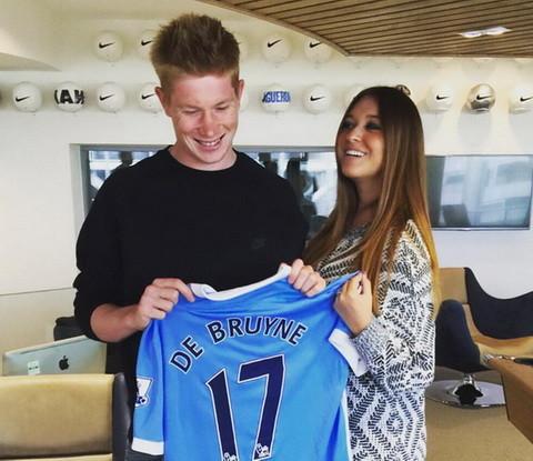 """Lí do lớn nhất khiến De Bruyne chuyển đến Man City là bởi anh """"trót"""" làm cô bạn gái sinh viên Michele Lacroix mang thai. Hè 2015, anh được rất nhiều ông lớn ở châu Âu săn đón nhưng De Bruyne chỉ chấp nhận Man City vì cô bạn gái là một fan ruột của The Citizens. Hơn nữa, đến Man City, ngôi sao người Bỉ sẽ có nhiều thời gian và điều kiện để chăm sóc gia đình của mình. Và quyết định ấy hoàn toàn đúng đắn, sau 2 mùa giải chơi cho Man City, De Bruyne đang là ngôi sao lớn nhất tại sân Etihad."""