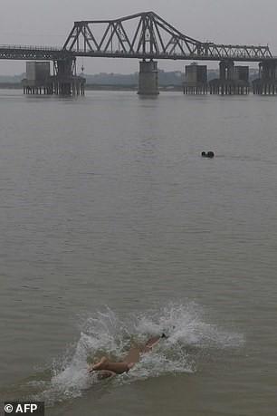 Bơi lội dưới cây cầu Long Biên 115 năm lịch sửlà cách những người trong câu lạc bộgiải tỏa căng thẳng.